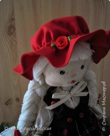 Привет всем в СМ!!! Мой любимый сказочный персонаж - Красная Шапочка. Несчетное количество раз была перечитана в моем детстве эта сказка Шарля Перо: сначала родителями, потом самой. Такое же несчетное количество раз смотрела мультфильм и фильм про эту прелестную девчушку. Уже взрослой девушкой мечтала: если у меня когда-то родится доченька - обязательно сошью ей костюм Красной Шапочки, такой, какой мне на новгодний утренник в детском саду сшила моя бабушка.  Дочки не получились... Сколько разных костюмов пришлось мне шить для детей пока работала в детском саду, но вот шить костюм Красной Шапочки как-то не довелось... И вот, свершилось на старости лет: вот она моя Красная Шапочка. фото 9