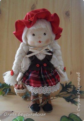 Привет всем в СМ!!! Мой любимый сказочный персонаж - Красная Шапочка. Несчетное количество раз была перечитана в моем детстве эта сказка Шарля Перо: сначала родителями, потом самой. Такое же несчетное количество раз смотрела мультфильм и фильм про эту прелестную девчушку. Уже взрослой девушкой мечтала: если у меня когда-то родится доченька - обязательно сошью ей костюм Красной Шапочки, такой, какой мне на новгодний утренник в детском саду сшила моя бабушка.  Дочки не получились... Сколько разных костюмов пришлось мне шить для детей пока работала в детском саду, но вот шить костюм Красной Шапочки как-то не довелось... И вот, свершилось на старости лет: вот она моя Красная Шапочка. фото 10