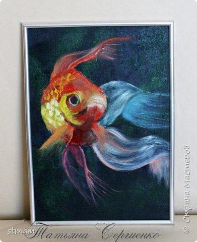 Картина в пластиковой рамке написана маслом на холсте, наклеенном на картон. Рыбка исполняет желания.