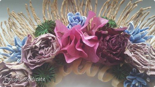 Собралась сделать авторское повторение предыдущего венка, всё приготовила, но тут попались розы. Дочке букет подарили, ей розы стало жалко выкинуть, необычный цвет. Просила топиарий, для него было мало роз.  И тут я увидела у  https://stranamasterov.ru/user/388991 Эльвиры венок. Увидено - украдено))  Роз немного не хватило, приклеила цветочки бугенвиллий. Как раз отпали и засохли. Голубые цветочки из ХФ и мои любимые неизвестные семена (Добавляю - теперь уже известные, это Канатник). Крашеные на этот раз в зелёный. фото 2