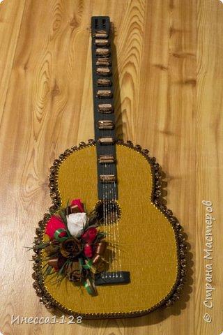 Гитару делала на день рождения (по мастер-классу из интернета, не помню чей именно). Это фото из процесса изготовления. Я совсем забыла сфотографировать ее в нормально виде.  Но тут тоже видно основные моменты. Основа гитары сделана из пеноплекса. фото 2
