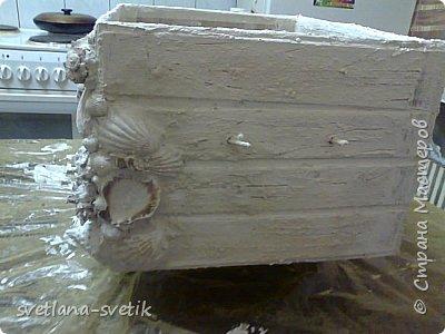 """Пиратский сундук со дна моря))) Этот сундук я специально сделала, чтобы он был малость кривоватый, и крышка полностью не закрывалась. Подстарила его, ведь он долго пролежал на дне моря, пока его """"нашли"""". Значит от времени и от воды он набух местами, деформировался, покрылся ракушками, кораллами. Его сокровища кое-где врезались в бока. старый, очень старый пиратский сундук!  А вдохновили меня великолепные сундуки мастеров и мастериц, пишу ссылочки на одни из них: https://stranamasterov.ru/user/151613 https://stranamasterov.ru/comment/reply/897745/12443936?destination=node/897745  Конечный результат. Материал: картонная коробка из гофры; картон оберточный(получили новые парты, они были обернуты в этот картон, захомячила); белые салфетки дешевые;шпатлевка; клей ПВА, клей универсальный Момент; ракушки; фурнитура для шкафчиков - ручки;  украшения(бижутерия), на заклепки взяла бусины полусферы, краски акриловые: черная, синяя, красная -  аэрозоль; краски акриловые розовый перламутр и золото фараонов, шнур коричневый(он больше подходил к сундуку) лак -аэрозоль.Для внутренней отделки взяла белый атласный материал, розочки, фотографии молодых,  украшения для скрапбукинга, краска для создания жемчужин.   фото 10"""