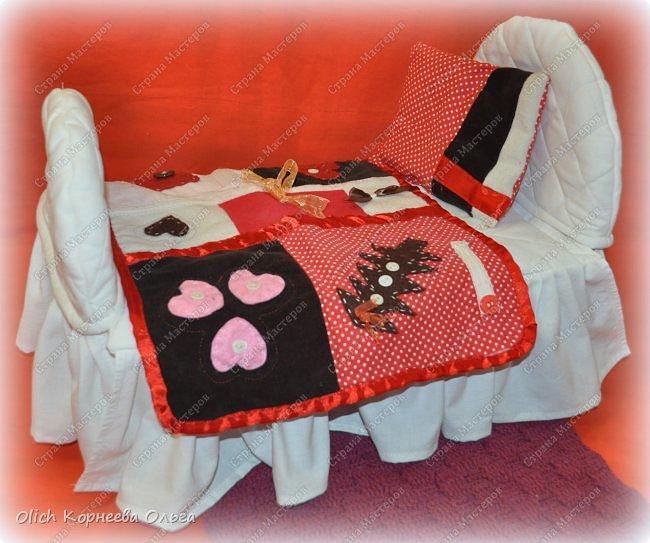 Здравствуйте, дорогие мастерицы!  Сегодня я хочу показать вам как я переделала старую кукольную кроватку. Вернее каркас кровати остался без изменений, но внешний вид совсем изменился. Конечно не у всех есть такие кроватки, которые требуют декора или реставрации, поэтому в своем мастер-классе я не даю никаких размеров. Но данным мастер-классом мне хотелось показать, что далеко не всегда следует выбрасывать старую отслужившую вещь. Можно постараться придать ей совсем другой образ или найти другое применение.  Смотрим что получилось. фото 4