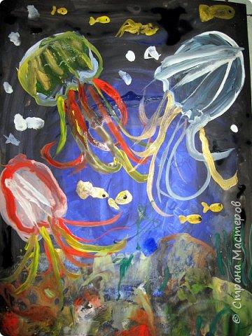 Хочу предложить вам нарисовать вот таких прелестных созданий - медуз. Мы рисовали их с детьми 5-6 лет, результат их работы будет в конце МК. Нам понадобится: бумага А3, гуашь, диск компьютерный (можно его заменить на кусочек оргстекла), кисть щетина круглая №7, кисти пони №3, 5, 7/9, и хорошее настроение. фото 44