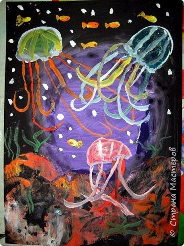 Хочу предложить вам нарисовать вот таких прелестных созданий - медуз. Мы рисовали их с детьми 5-6 лет, результат их работы будет в конце МК. Нам понадобится: бумага А3, гуашь, диск компьютерный (можно его заменить на кусочек оргстекла), кисть щетина круглая №7, кисти пони №3, 5, 7/9, и хорошее настроение. фото 43