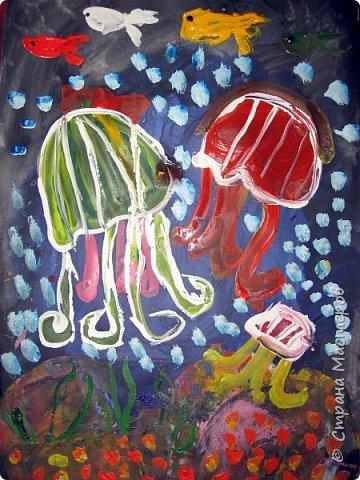 Хочу предложить вам нарисовать вот таких прелестных созданий - медуз. Мы рисовали их с детьми 5-6 лет, результат их работы будет в конце МК. Нам понадобится: бумага А3, гуашь, диск компьютерный (можно его заменить на кусочек оргстекла), кисть щетина круглая №7, кисти пони №3, 5, 7/9, и хорошее настроение. фото 41