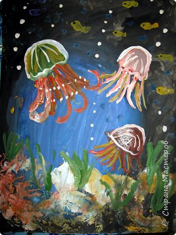 Хочу предложить вам нарисовать вот таких прелестных созданий - медуз. Мы рисовали их с детьми 5-6 лет, результат их работы будет в конце МК. Нам понадобится: бумага А3, гуашь, диск компьютерный (можно его заменить на кусочек оргстекла), кисть щетина круглая №7, кисти пони №3, 5, 7/9, и хорошее настроение. фото 38