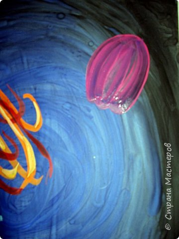 Хочу предложить вам нарисовать вот таких прелестных созданий - медуз. Мы рисовали их с детьми 5-6 лет, результат их работы будет в конце МК. Нам понадобится: бумага А3, гуашь, диск компьютерный (можно его заменить на кусочек оргстекла), кисть щетина круглая №7, кисти пони №3, 5, 7/9, и хорошее настроение. фото 23