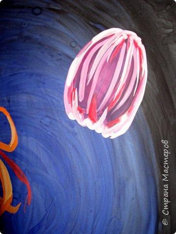 Хочу предложить вам нарисовать вот таких прелестных созданий - медуз. Мы рисовали их с детьми 5-6 лет, результат их работы будет в конце МК. Нам понадобится: бумага А3, гуашь, диск компьютерный (можно его заменить на кусочек оргстекла), кисть щетина круглая №7, кисти пони №3, 5, 7/9, и хорошее настроение. фото 24