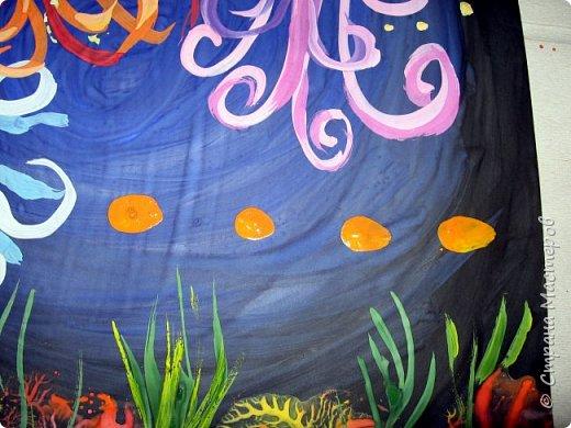 Хочу предложить вам нарисовать вот таких прелестных созданий - медуз. Мы рисовали их с детьми 5-6 лет, результат их работы будет в конце МК. Нам понадобится: бумага А3, гуашь, диск компьютерный (можно его заменить на кусочек оргстекла), кисть щетина круглая №7, кисти пони №3, 5, 7/9, и хорошее настроение. фото 27