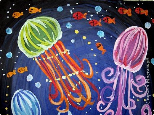 Хочу предложить вам нарисовать вот таких прелестных созданий - медуз. Мы рисовали их с детьми 5-6 лет, результат их работы будет в конце МК. Нам понадобится: бумага А3, гуашь, диск компьютерный (можно его заменить на кусочек оргстекла), кисть щетина круглая №7, кисти пони №3, 5, 7/9, и хорошее настроение. фото 36
