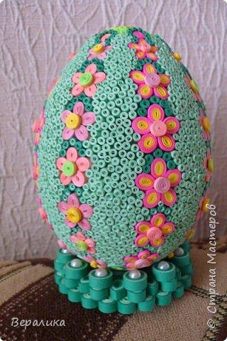 Вот такое Пасхальное яйцо сделали мы вместе с внучкой. Ей 9 лет, а полосочки она начала крутить с 5 лет. Захотела маме на Пасху сделать подарок. Вот на зимних каникулах мы начали его делать, а закончили 15 апреля. фото 1