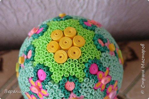 Вот такое Пасхальное яйцо сделали мы вместе с внучкой. Ей 9 лет, а полосочки она начала крутить с 5 лет. Захотела маме на Пасху сделать подарок. Вот на зимних каникулах мы начали его делать, а закончили 15 апреля. фото 10