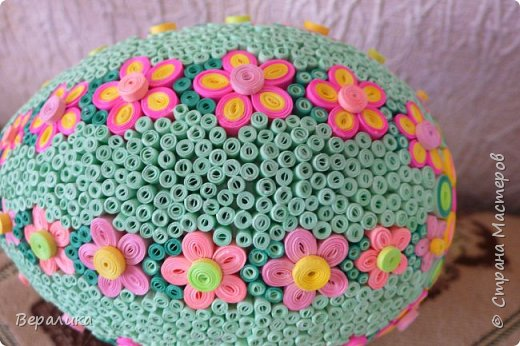 Вот такое Пасхальное яйцо сделали мы вместе с внучкой. Ей 9 лет, а полосочки она начала крутить с 5 лет. Захотела маме на Пасху сделать подарок. Вот на зимних каникулах мы начали его делать, а закончили 15 апреля. фото 15