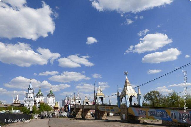Майская Москва удивительно красива обилием цветущих деревьев, кустарников и многообразием цветов.  На первых двух фотографиях виды на Измайловский Кремль. фото 2