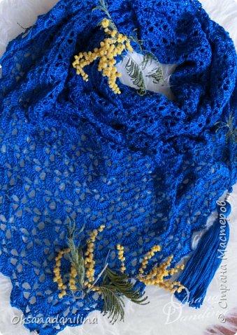 Ажурный бактус (мини шаль) связан крючком, украшен бусинами под серебро и пышными кистями. фото 1