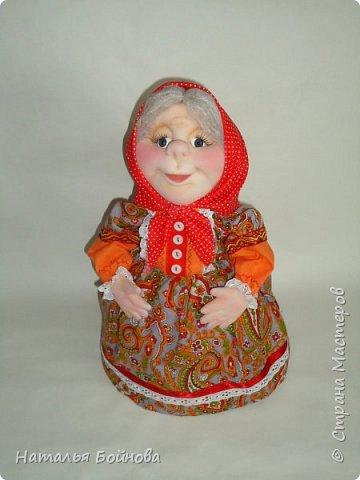 """Кукла - грелка на заварник """"Бабушка, которая всегда будет рядышком"""". Куклу шила на заказ для большого чайника- заварника. Высота куклы 43 см, диаметр юбки- грелки 26 см. Кукла выполнена в технике скульптурный текстиль.  Платье из хлопка, расшито кружевами, дополнено лентами,тесьмой, бусинами и пуговичками.  фото 6"""