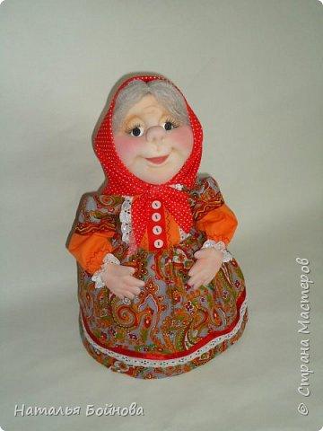 """Кукла - грелка на заварник """"Бабушка, которая всегда будет рядышком"""". Куклу шила на заказ для большого чайника- заварника. Высота куклы 43 см, диаметр юбки- грелки 26 см. Кукла выполнена в технике скульптурный текстиль.  Платье из хлопка, расшито кружевами, дополнено лентами,тесьмой, бусинами и пуговичками.  фото 1"""
