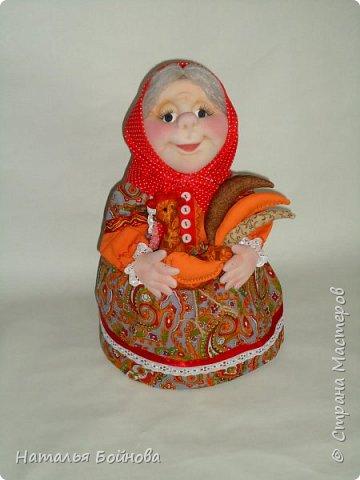 """Кукла - грелка на заварник """"Бабушка, которая всегда будет рядышком"""". Куклу шила на заказ для большого чайника- заварника. Высота куклы 43 см, диаметр юбки- грелки 26 см. Кукла выполнена в технике скульптурный текстиль.  Платье из хлопка, расшито кружевами, дополнено лентами,тесьмой, бусинами и пуговичками.  фото 4"""