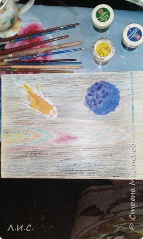 Поделка ко Дню космонавтики на ламинате. Ламинат попался с очень удачным рисунком. Фон подкрасили восковыми мелками. фото 2