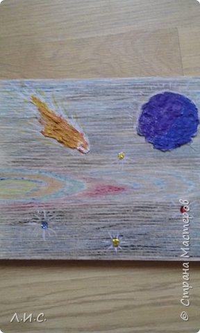 Поделка ко Дню космонавтики на ламинате. Ламинат попался с очень удачным рисунком. Фон подкрасили восковыми мелками. фото 3