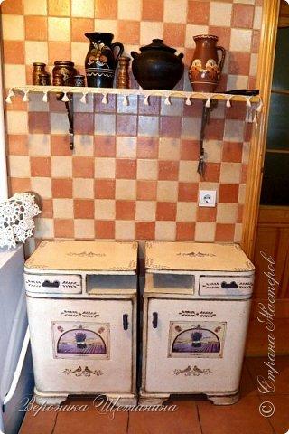 """Всем привет! Был у меня бабушкин комплект тумбочек и комод 60-х годов. Состояние - ужасное, шпон местами облез, краска местами обсыпалась. Давно хотела их обновить и сделать комплектик на кухню. Задача из мебели 70-лет, сделать 100-150 летнюю))) в стиле кантри, под плиточку на кухне. Вот результаты """"до"""" и """"после""""))) Прошу прощения за качество фото: освещение не очень(. фото 1"""