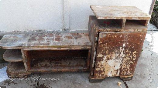 """Всем привет! Был у меня бабушкин комплект тумбочек и комод 60-х годов. Состояние - ужасное, шпон местами облез, краска местами обсыпалась. Давно хотела их обновить и сделать комплектик на кухню. Задача из мебели 70-лет, сделать 100-150 летнюю))) в стиле кантри, под плиточку на кухне. Вот результаты """"до"""" и """"после""""))) Прошу прощения за качество фото: освещение не очень(. фото 7"""