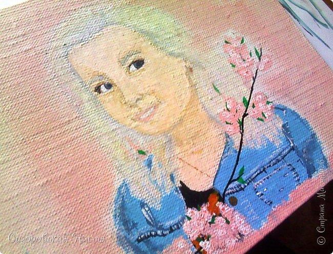 """Доброго времени суток! В воскресение мне напомнили, что скоро у моей одноклассницы день рождения, и надо бы задуматься над подарком.  Поскольку у меня не было идей и средств, я решила обойтись наскоро нарисованным портретом) Что ж, завтра мне придется оправдываться: """"Это не портрет плохой, это я рисовать не умею"""")  Поскольку у меня нет под рукой фотоаппарата, чтобы сфотографировать рисунок, только телефон с плохой камерой, мне пришлось его отсканировать. Замечу, что виновница скорого торжества изображена на холсте размером 18х24 акриловыми красками. Почему-то изображение получилось тусклым и размытым, в жизни все выглядит иначе. фото 2"""