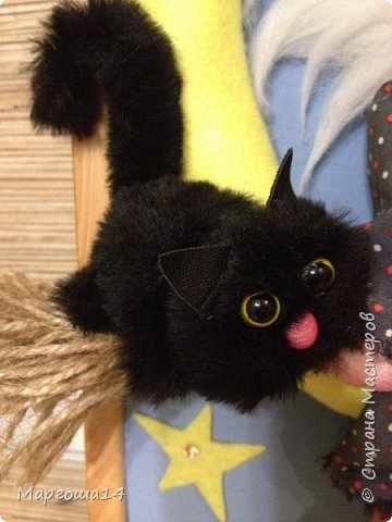 """Привет,Страна Мастеров! Представляю вам панно """"Ведьмочка"""",размер 20 см на 30 см. Долго обдумывала,как сделать,и вот,что получилось. Добрая Ведьмочка всегда со своим котом,присела отдохнуть на месяце. фото 3"""