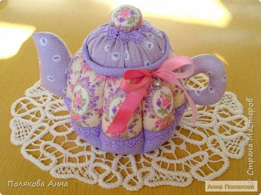 Уютный текстильный чайник станет замечательным подарком, послужит шкатулочкой для чайных пакетов, конфеток, бижутерии или других мелочей, а также может быть необычной упаковкой для небольшого подарка. фото 1