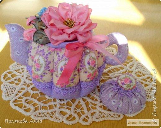 Уютный текстильный чайник станет замечательным подарком, послужит шкатулочкой для чайных пакетов, конфеток, бижутерии или других мелочей, а также может быть необычной упаковкой для небольшого подарка. фото 6