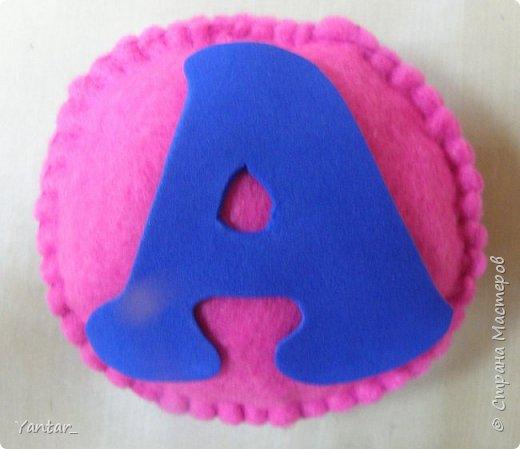 """Долго вынашивала идею мягкого алфавита. Придумала сделать такие """"подушечки"""" с буквами. Буквы из фома. фото 2"""