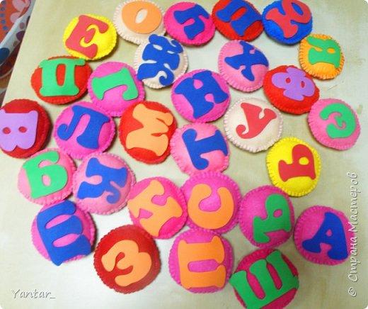 """Долго вынашивала идею мягкого алфавита. Придумала сделать такие """"подушечки"""" с буквами. Буквы из фома. фото 1"""