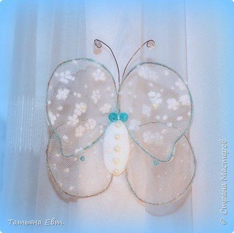 Сегодня дождливый и пасмурный день украсила моя фантазия, в которую прилетела эта милая бабочка сделанная из проволоки, ткани и бусин! фото 4