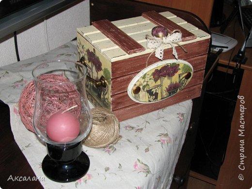 Деревянный сундучок для хранения всяких мелочей. Задекорирован в технике декупаж. Частично использовала морилку, частично акриловые краски.  фото 2