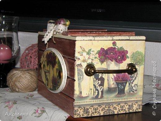 Деревянный сундучок для хранения всяких мелочей. Задекорирован в технике декупаж. Частично использовала морилку, частично акриловые краски.  фото 3