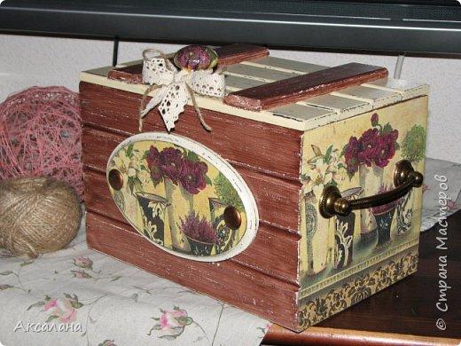 Деревянный сундучок для хранения всяких мелочей. Задекорирован в технике декупаж. Частично использовала морилку, частично акриловые краски.  фото 1