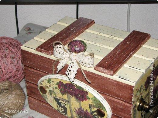 Деревянный сундучок для хранения всяких мелочей. Задекорирован в технике декупаж. Частично использовала морилку, частично акриловые краски.  фото 4
