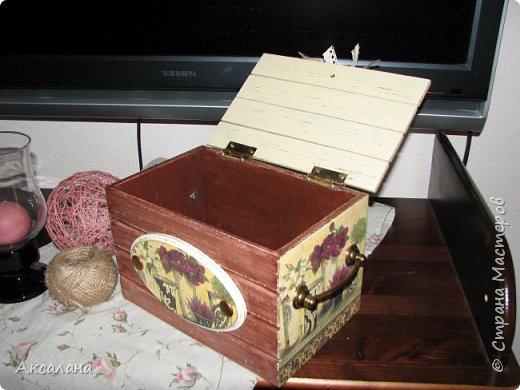 Деревянный сундучок для хранения всяких мелочей. Задекорирован в технике декупаж. Частично использовала морилку, частично акриловые краски.  фото 5