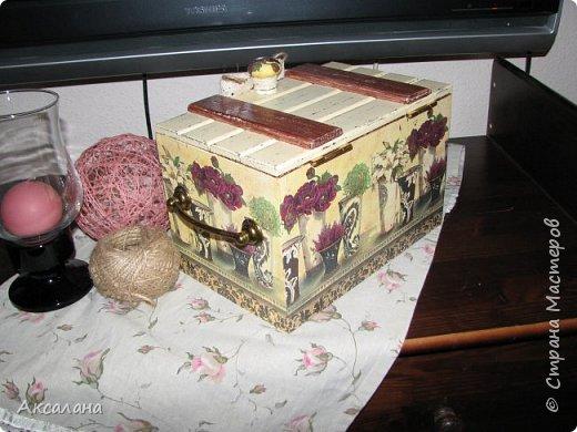 Деревянный сундучок для хранения всяких мелочей. Задекорирован в технике декупаж. Частично использовала морилку, частично акриловые краски.  фото 6