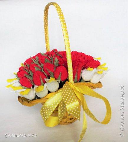 Еще одна шляпная корзинка. Долго лежала она у меня желтая такая. Все почему то не могла подобрать к ней цветы... А тут вот за 2 вечера вдруг напала муза и сотворилось. фото 1