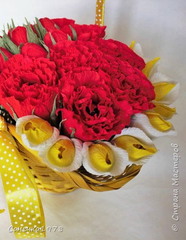 Еще одна шляпная корзинка. Долго лежала она у меня желтая такая. Все почему то не могла подобрать к ней цветы... А тут вот за 2 вечера вдруг напала муза и сотворилось. фото 2
