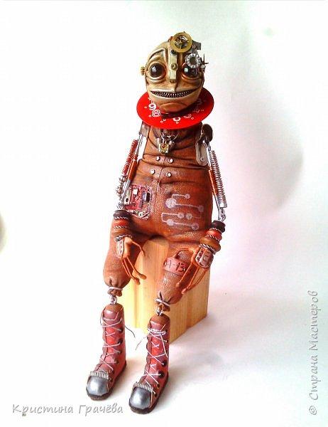 Инопланетный странник улыбчивый. Технические характеристики.: Полностью подвижен, самостоятельно сидит без опоры. Некоторые детали механизмов светятся в темноте. В правом глазу видно космос и он тоже светится. Рост 40 см. фото 5