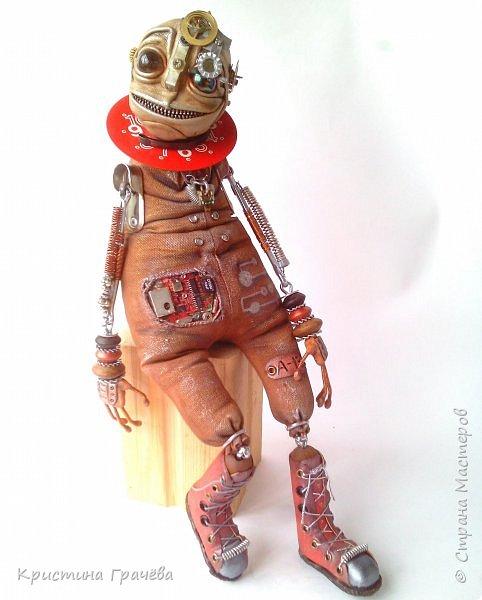 Инопланетный странник улыбчивый. Технические характеристики.: Полностью подвижен, самостоятельно сидит без опоры. Некоторые детали механизмов светятся в темноте. В правом глазу видно космос и он тоже светится. Рост 40 см. фото 4