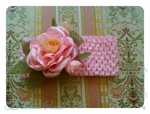 Добрый день, вот такие повязочки я сделала для племяшки. 1-я роза по МК Людмилы, не устаю ее благодарить за этот МК. Людочка, спасибо большое розочки получаются чудесные. https://stranamasterov.ru/node/713487?c=favorite  фото 1