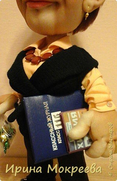Вчера наконец-то закончила делать куклу учительницу.Очень тяжёлая для меня получилась работа,нужно было сделать портретное сходство. По своим моральным принципам ,я категорически против портретных кукол и наверное по-этому всё  как-то не .клеилось ,10 раз пожалела что взялась.Но отступать было уже поздно ,не могла подвести людей.Сегодня отдала куклу,вроде заказчице понравилось,теперь выношу на ваш суд. фото 3