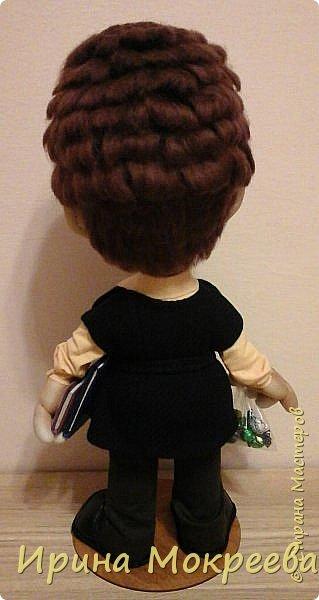 Вчера наконец-то закончила делать куклу учительницу.Очень тяжёлая для меня получилась работа,нужно было сделать портретное сходство. По своим моральным принципам ,я категорически против портретных кукол и наверное по-этому всё  как-то не .клеилось ,10 раз пожалела что взялась.Но отступать было уже поздно ,не могла подвести людей.Сегодня отдала куклу,вроде заказчице понравилось,теперь выношу на ваш суд. фото 6