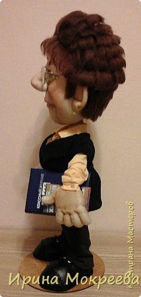 Вчера наконец-то закончила делать куклу учительницу.Очень тяжёлая для меня получилась работа,нужно было сделать портретное сходство. По своим моральным принципам ,я категорически против портретных кукол и наверное по-этому всё  как-то не .клеилось ,10 раз пожалела что взялась.Но отступать было уже поздно ,не могла подвести людей.Сегодня отдала куклу,вроде заказчице понравилось,теперь выношу на ваш суд. фото 7