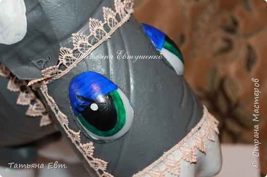УРА!!! Наконец-то я сегодня закончила своего ослика Иа из пластиковых бутылок!!! На выходные он поедет на дачу!!! Что для этого нужно: Бутылки пластиковые, ёмкостью 2л - 3шт Бутылки пластиковые, ёмкостью 0,500мл - 4шт Клей момент Эмалевые краски - туловище,голова Акриловые краски - глазки, мордочка Кисточка Пластмасовые ложки - 2шт Фетр - примерно 25х15см Нитки ( пряжа) - для гривы и хвоста Аксессуары для декора - верёвка ( уздечка), корзинка деревянная, тесьма  фото 10