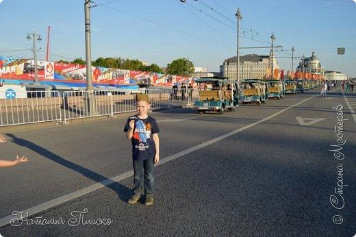Ещё раз здравствуйте, дорогие друзья!!! В продолжение предыдущего репортажа (http://stranamasterov.ru/node/1028276) хочу рассказать вам, как мы провели День Победы в Москве. Масштабные мероприятия в этот день проходили, конечно же, по всему городу, но так как мы жили в районе ВДНХ, туда и отправились с самого утра. P.S. Картинка с сайта w-dog.ru (https://w-dog.ru/wallpaper/wot-world-of-tanks-mir-tankov-wargamingnet-bigworld-tanki-tank-tanks-tank-9-maya-den-pobedy-prazdnik-t-34-85/id/284415/). фото 35